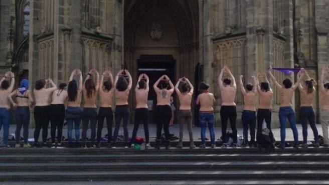 Protesta frente a la catedral del Buen Pastor en San Sebastián.