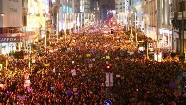 La Gran Vía de Madrid, completamente ocupada por los manifestantes en la huelga feminista.