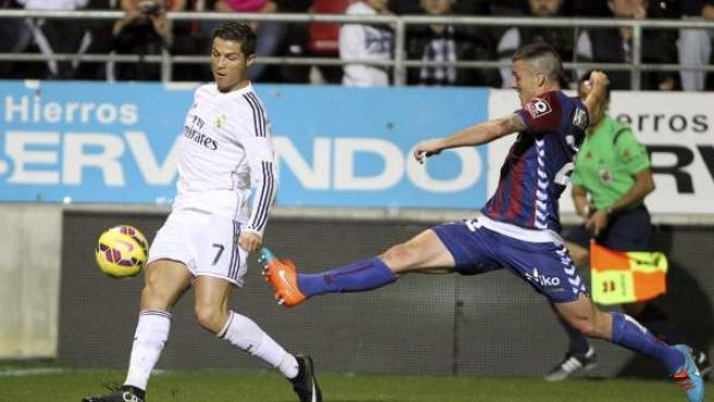 El defensa del Eibar Abraham Minero (d) despeja el balón ante el delantero portugués del Real Madrid Cristiano Ronaldo (d), durante el partido de la duodécima jornada de Liga de Primera División disputado en el estadio de Ipurúa.