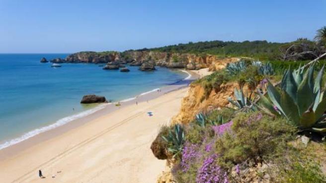 Las playas del Algarve atraen a parejas de Europa y Latinoamérica para casarse.