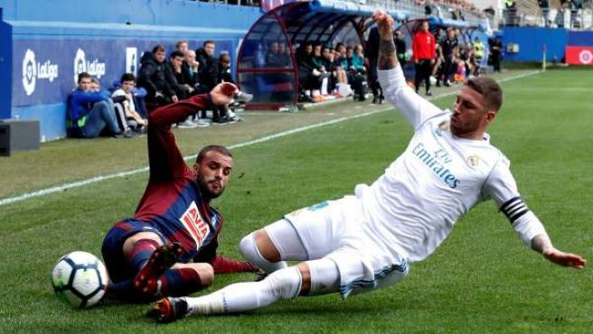 Pedro León pelea por el balón contra Sergio Ramos durante el encuentro de la jornada 28 de LaLiga en el estadio de Ipurua de Eibar.