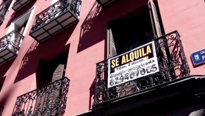 """El cartel de """"Se Alquila"""" en el balcón de un piso de Madrid."""