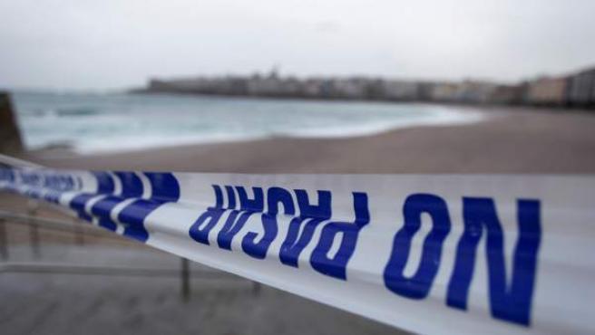 Una cinta policial impide el paso a los arenales de la ciudad de A Coruña.