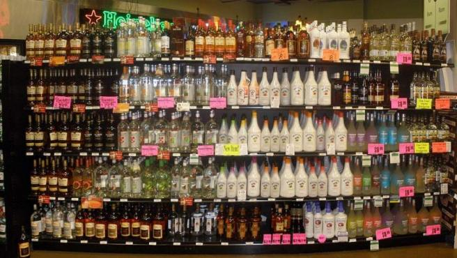 Aquellas que tienen alta graduación como el vodka, el ron, el whisky, la ginebra o el tequila se van a mantener en muy buenas condiciones durante muchos años (simplemente pierden un poco de sabor). Para lograrlo es necesario que las botellas estén cerradas y sean conservadas en un lugar seco al que no le dé la luz del sol.