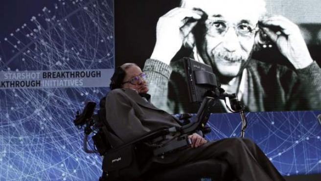 El científico británico Stephen Hawking durante la presentación para la exploración de las estrellas junto con el multimillonario ruso Yuri Milner (no en la imagen) en un acto celebrado en Nueva York, (EE UU).