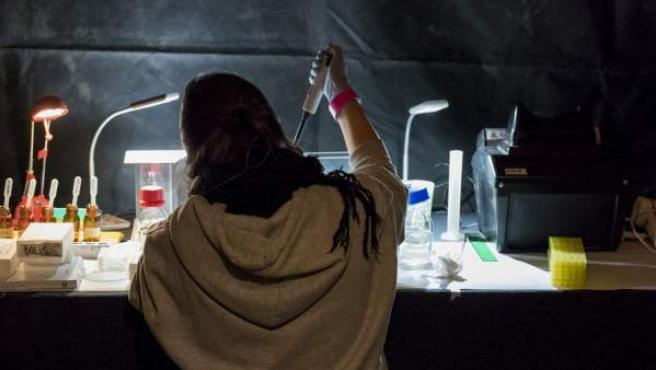 Una técnico de Energy Control realizando un análisis a una sustancia estupefaciente.