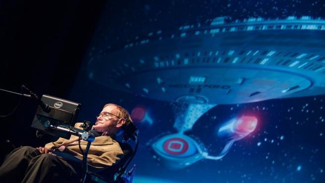 Stephen Hawking, durante una conferencia en el Festival Starmus, con la nave Enterprise de Star Trek como fondo.