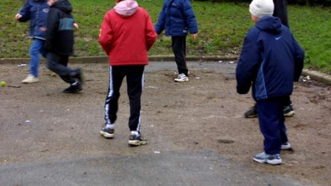 Varios niños juegan en el patio de un colegio.