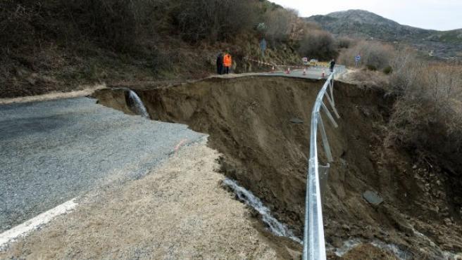Derrumbe de un tramo de veinte metros de la carretera AV-901, en Ávila a causa de las lluvias y el deshielo.
