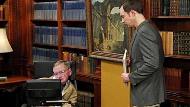 Stephen Hawking y Sheldon Cooper en 'The Big Bang Theory'.