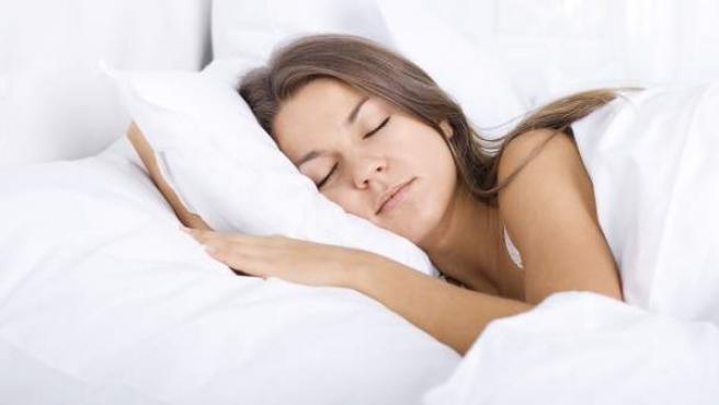Los expertos recomiendan no usar el móvil antes de dormir.