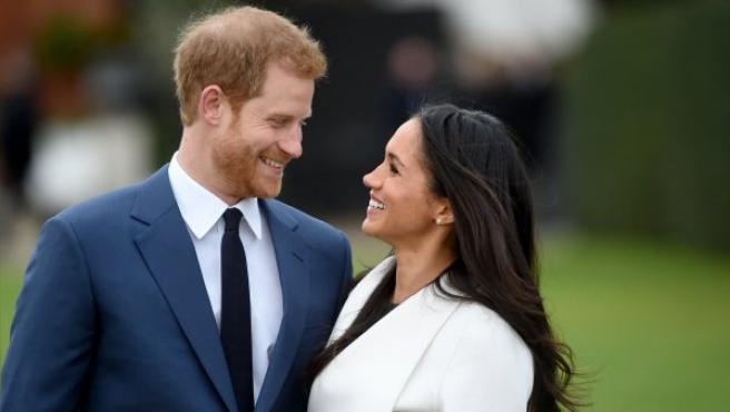 El príncipe Enrique de Inglaterra posa junto a su prometida, la actriz estadounidense Meghan Markle, tras anunciar su compromiso en el Jardín Sunken del Palacio Kensington, en Londres (Reino Unido).