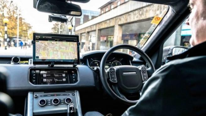 Interior de un Land Rover utilizado en proyecto de conducción autónoma.