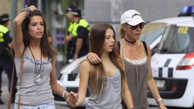 La actriz, en una imagen de 2009, paseando con sus hijas por Madrid.