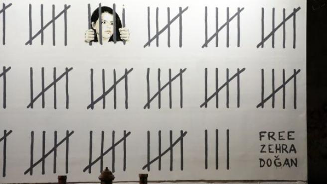 Un mural pintado por Banksy, el anónimo artista callejero británico, protesta por el encarcelamiento de Zehra Dogan, la artista turca condenada a tres años de prisión, en el Bowery, Nueva York (EE UU).