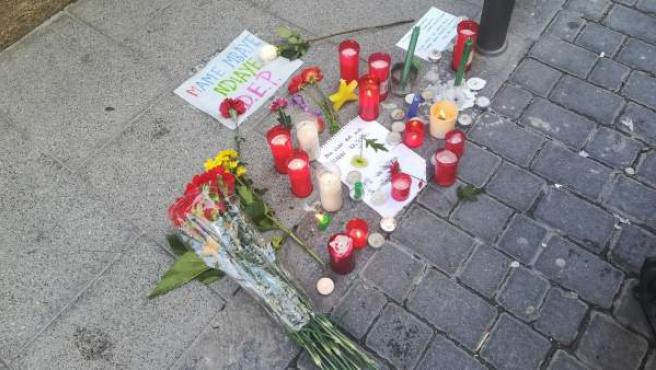 Altar improvisado en la Calle del Oso en honor al mantero fallecido.