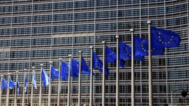 Banderas de la Unión Europea (UE) ondeando en la sede de la Comisión Europea en Bruselas.