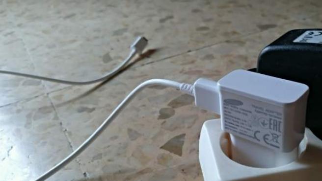 Cargador enchufado sin cargar el smartphone.
