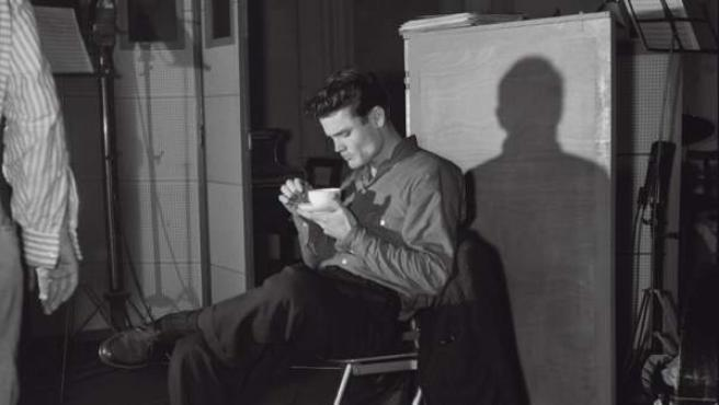Chet Baker tomando un café en el Estudio Magellan, París, 14 de octubre de 1955. Fotografía de Jean-Pierre Leloir.