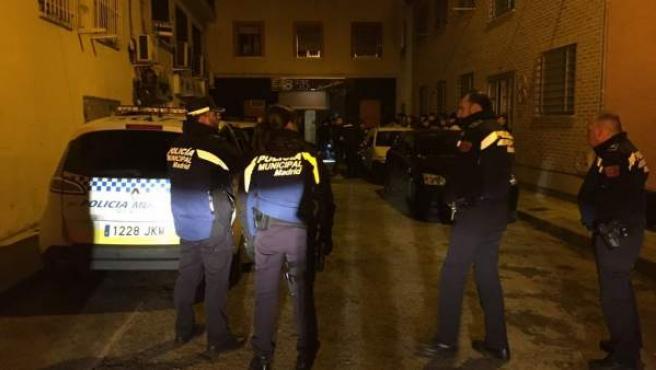 Efectivos de la Policía Municipal de Madrid en el lugar donde ha ocurrido una reyerta, en el barrio madrileño de Usera.