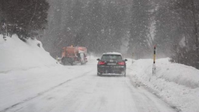 Imagen de una carretera de Castilla y León cubierta de nieve.