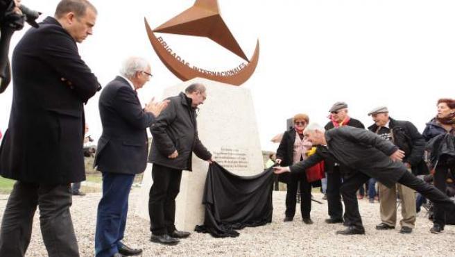 Lambán presenta la estatua en homenaje a las brigadas internacionales.