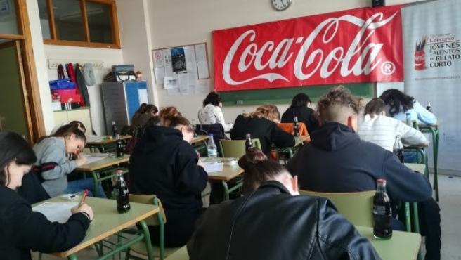 Jóvenes participando en el Concurso de Relato Corto de Coca-Cola.