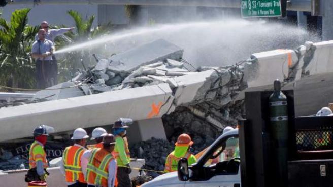 Vista del puente peatonal derrumbado en Universidad Internacional de Florida (FIU), en Miami (Estados Unidos).