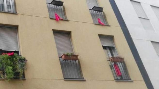 Imagen de balcones con trapos rojos para denunciar la existencia de 'narcopisos'