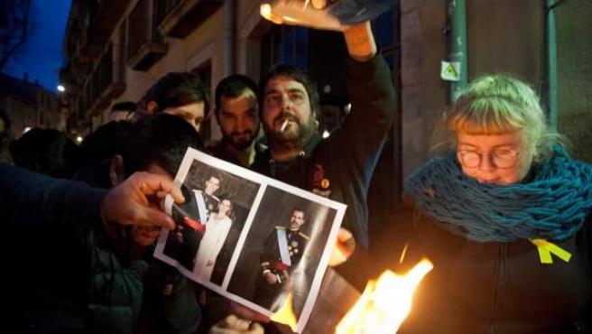 Un momento de la convocatoria de La plataforma independentista Alerta Solidaria en la que se han quemado fotos del Rey celebrando la sentencia del TEDH, en Girona.