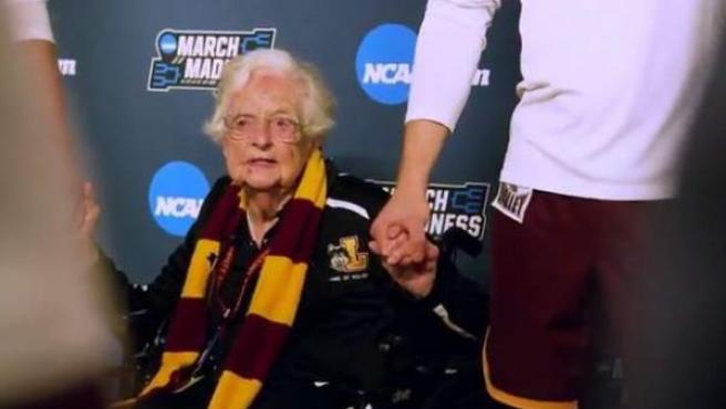 La hemrna Jane, monja de 98 años que se ha convertido en la calve del éxito del equipo de baloncesto de Loyola-Chicago.
