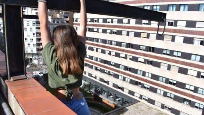Niña encaramada a una cornisa en Barcelona para hacerse un 'selfie'.