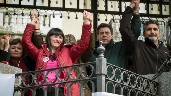 La madre de Ruth y José, la esposa y madre de los fallecidos en el doble crimen de Almonte, el padre de Diana Quer y el padre de Mari Luz, durante la concentración en Huelva para exigir la no derogación de la prisión permanente revisable.