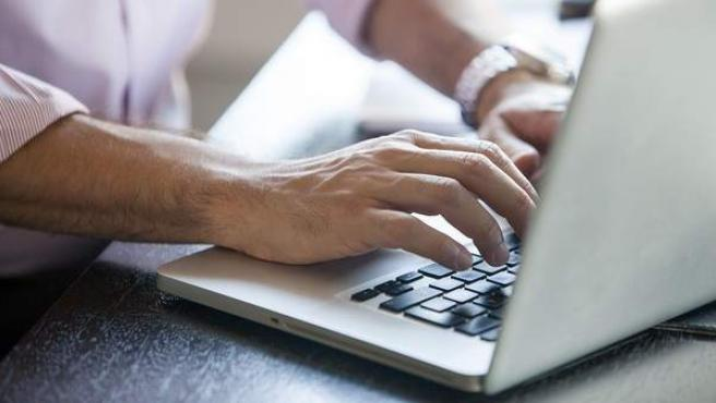 Un trabajador escribiendo un e-mail.