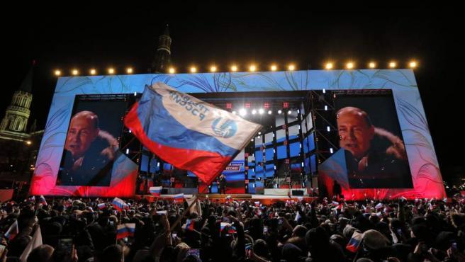 El presidente ruso, Vladimir Putin, se dirige a sus seguidores tras su victoria en las elecciones presidenciales, durante un acto en Moscú.