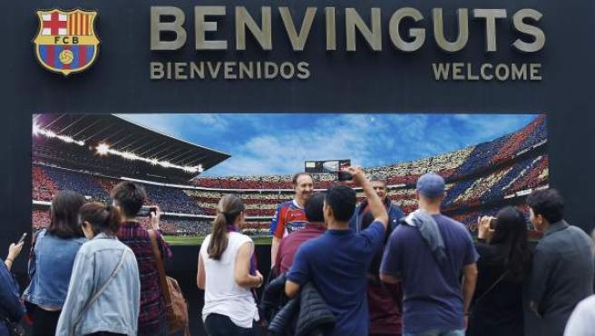 Ambiente en las puertas del estadio Camp Nou tras decretarse a puerta cerrada el partido entre el Barcelona y Las Palmas.