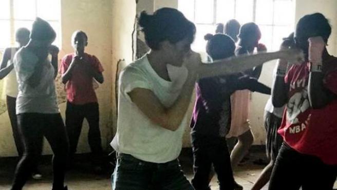 Victoria Beckham, visitando un gimnasio de boxeo femenino en Kenia.