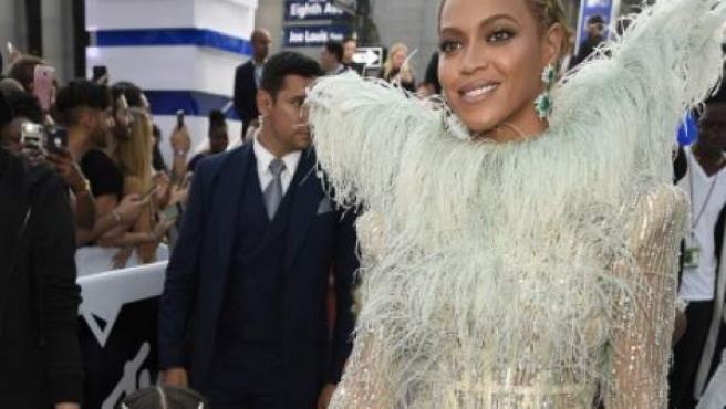 La cantante Beyoncé con su hija Blue Ivy en los premiso MTV.