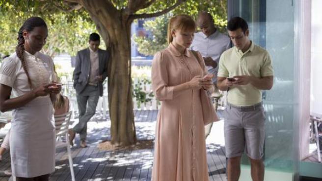 Escena del capítulo 'Nosedive', de la tercera temporada de 'Black Mirror'.