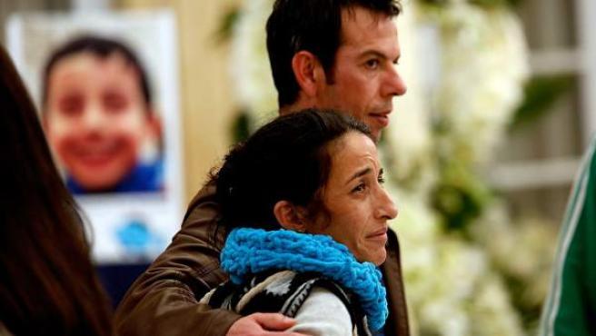 Ángel Cruz y Patricia Ramírez durante la Capilla Ardiente de Gabriel Cruz en Almería.