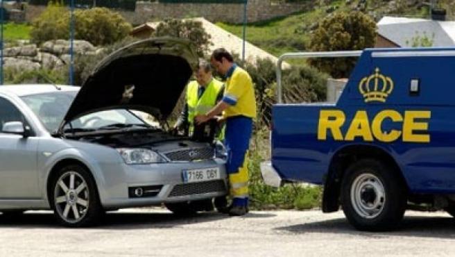 Cuando tengas una avería en la carretera, procura señalizar bien tu vehículo para que los otros conductores conozcan tu situación.