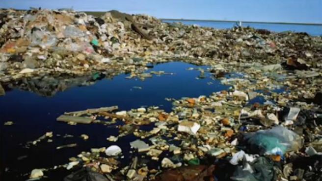 Imagen de una isla formada con la basura acumulada en el océano.