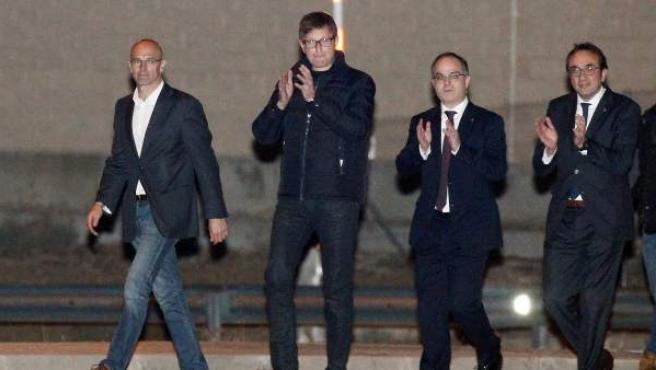 Los exconsellers de la Generalitat Raül Romeva (i), Carles Mundó (2i), Jordi Turull (2d), y Josep Rull, a su salida de la prisión de Estremera (Madrid) tras pagar las fianzas que les impuso el juez del Tribunal Supremo Pablo Llarena.