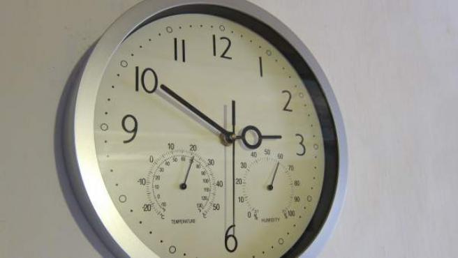 Un reloj de pared.