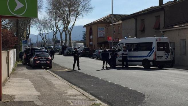 Cordón policial en los alrededores de un supermercado de Trebes (Francia), donde un presunto terrorista de EI ha secuestrado a varias personas.