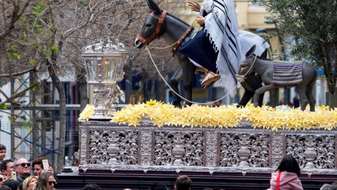 Un momento del desfile procesional de Nuestra Señora de la Paz de la Cofradía de La Borriquita, por las calles de Almería