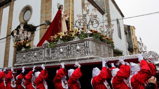 La Cofradía de los Dolores, una de las que intervienen de la Semana Santa de Ferrol (A Coruña), arranca su procesión el Domingo de Ramos.