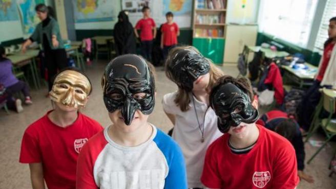 Varios alumnos en el taller de teatro contra el acoso escolar.