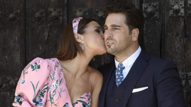 Paula Echevarría besa a David Bustamante durante la comunión de su hija Daniella.