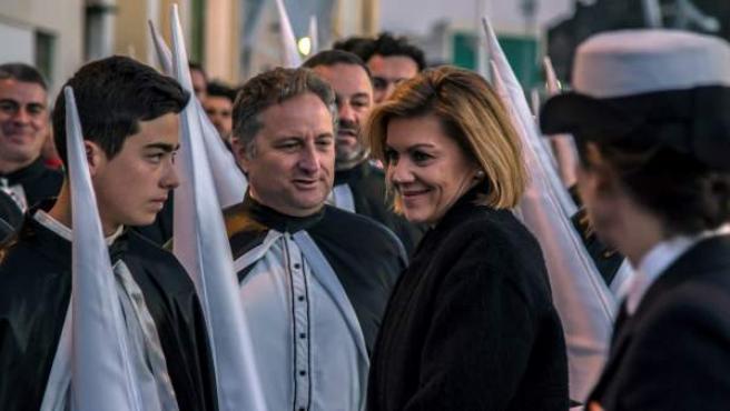 La ministra de Defensa en la salida de la procesión del Traslado de los Apóstoles en el Arsenal Militar de Cartagena, Murcia.